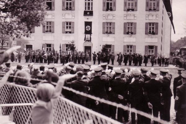 1933 NS-Zeit. Aufmarsch vor dem Knabenschulhaus