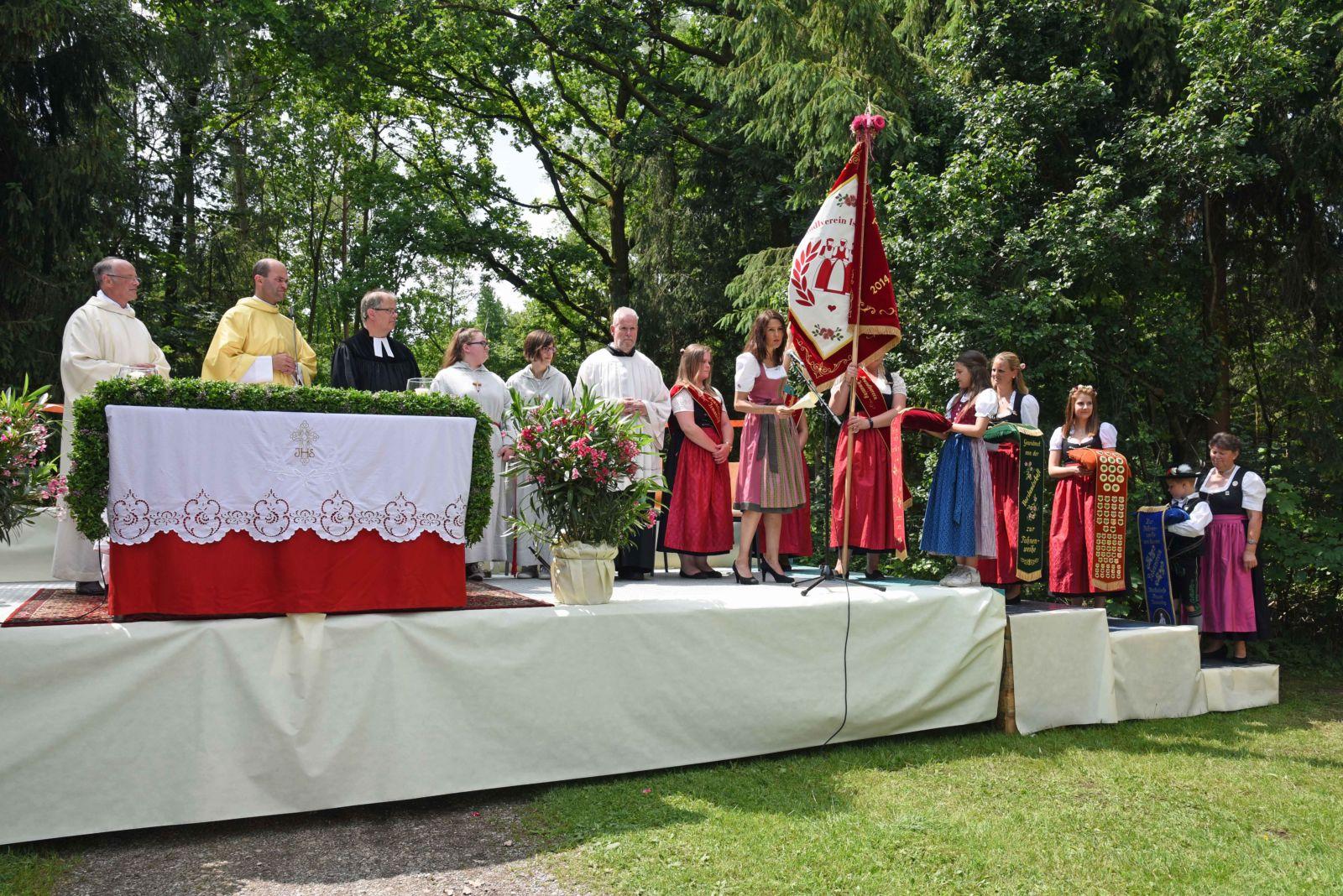 Am Festsonntag wurde die Fahne des Deandlvereins Ismaning im Rahmen des Gottesdienstes am Eisweiher geweiht.