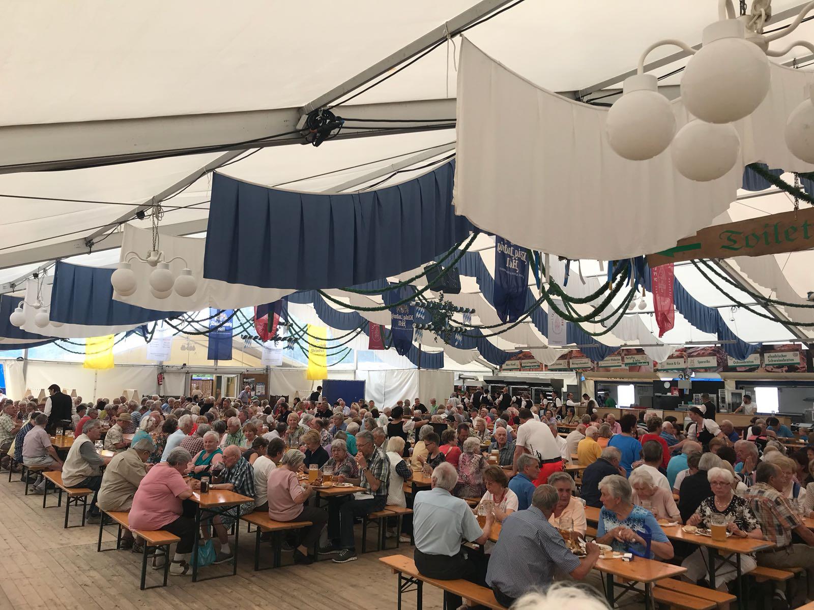 """Beim """"Seniorennachmittag"""" konnte Bürgermeister Dr. Greulich 1.200 Bürgerinnen und Bürger begrüßen, die der Einladung der Gemeinde ins Festzelt gefolgt sind."""